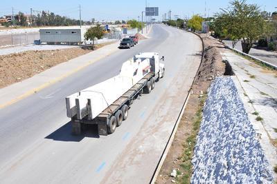 Por ser piezas de un peso de alrededor de 10 toneladas cada una, el traslado es lento y tiene que realizarse con varias medidas de seguridad por lo que incluso se buscan vialidades periféricas.