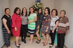18032017 Lety, Laura, Adriana, Rocío, Cecy, Susy y Cira acompañando a la festejada.