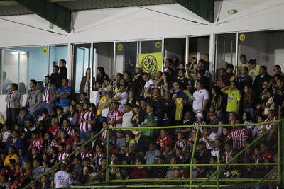 """El Estadio de fútbol Francisco Zarco volvió a lucir como en sus mejores momentos, lleno hasta las """"lamparas"""", para ser escenario perfecto para el Clásico de Leyendas."""