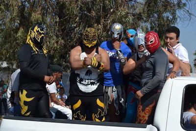 La reina de la primavera, un grupo de baile, la porra del Santos Laguna, La Komún, banda de guerra, un grupo de luchadores y jinetes.