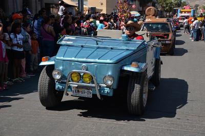 El desfile contó con carros clásicos y deportivos.
