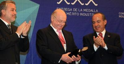 Juan Francisco Beckmann Vidal, presidente de la fabricante de tequila José Cuervo. (cinco mil 200 millones de dólares).