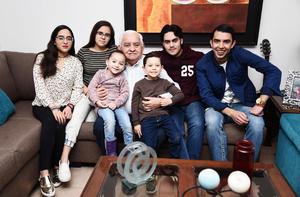 19032017 CELEBRA EN FAMILIA.  Jorge Rivera Villalpando junto a sus nietos: Romina Rivera, José Maña Rivera, Jorge Rivera, Diego Rivera, Camila Rivera y Daniela Rivera, en su festejo de cumpleaños.