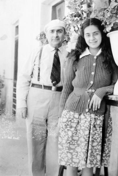 19032017 María del Rosario Urazandi Domene (f) acompañada de su papá, Juan Urazandi Castaños (f) en 1948.