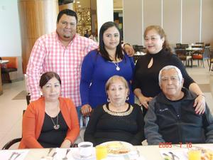 21032017 Naty Godoy acompañada de su esposo, Gabriel Hernández, y su familia.
