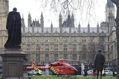 Las escenas en las afueras del Palacio de Westminster son de confusión.