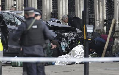 """La Policía de Londres informó que el tiroteo afuera del Parlamento será tratado como """"un incidente terrorista hasta que sepamos lo contrario""""."""
