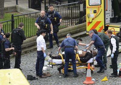 Testigos mencionaron que algunas personas están siendo tratadas en la zona por heridas y otros dijeron que una persona portaba un cuchillo.