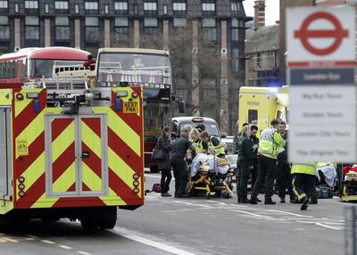 Los primeros informes señalan que un vehículo atropelló a un grupo de personas en las inmediaciones del parlamento, mientras que en un segundo incidente un policía fue herido, de acuerdo con los primeros informes.