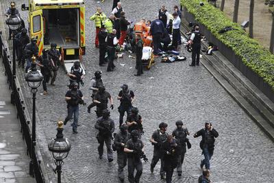 Agentes de la policía resguardan la zona.