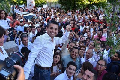El ahora candidato priista, Miguel Felipe Mery Ayup, señaló que en cumplimiento a las disposiciones electorales acudió con miembros de su planilla de titulares y suplentes a entregar la papelería ante el Comité Municipal Electoral.