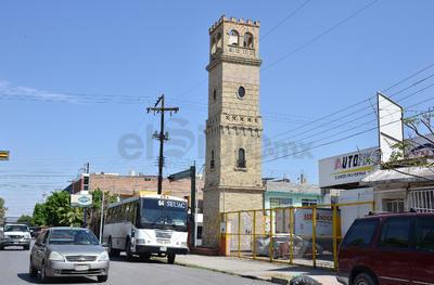 En Leona Vicario y Presidente Carranza se encuentra esta torre de ladrillo, que ha sido vandalizada.