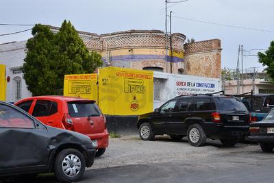 """En la Bravo casi esquina con Colón, una barda """"esconde"""" a un antiguo Torreón de casa."""