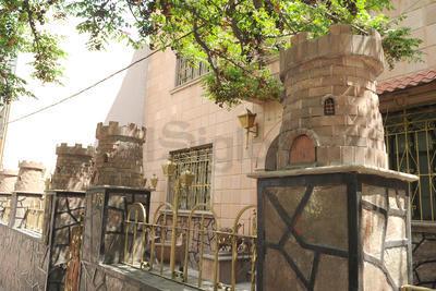 En la calzada Colón, hay una casa con varios torreones pequeños en su fachada.
