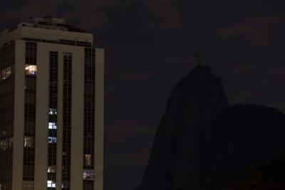 En Brasil, el Cristo Redentor de Sao Paulo dejó de brillar por una hora.