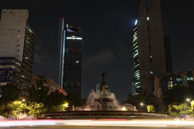Las luces de la fuente de la Diana Cazadora en ciudad de México se apagaron de igual manera.