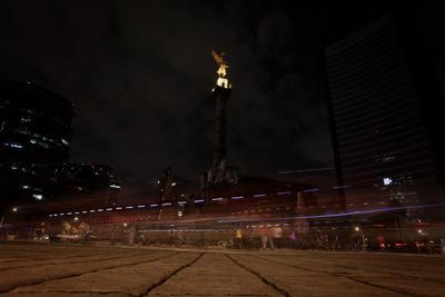El Ángel de la Independencia con un panorama oscuro por La Hora del Planeta.