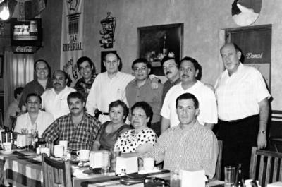 26032017 Jesús Ochoa Cebrián acompañado por un grupo de amigos en la década de los 70.