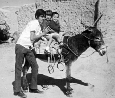26032017 Chuy Zarzosa Garza, Sandra Mónica Zarzosa Garza y Roberto Zarzosa Míreles, hace algunas décadas, montando a Rocinante en el Rancho El Progreso.