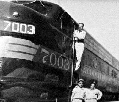 26032017 Don Salvador González Martínez (f), maquinista de camino en compañía de Don Tomás Rangel Perales, fogonero de camino, en 1967.