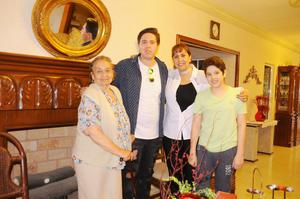 26032017 FELIZ CUMPLEAñOS.  Andrés Román con su mamá, Alicia Román, su hermano y su abuela.