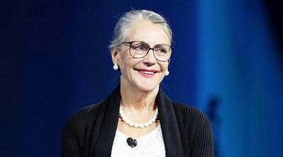 El segundo lugar lo ocupa Alice Walton, hija única del fundador de Wal-Mart, con una fortuna de 33 mil 800 millones de dólares.