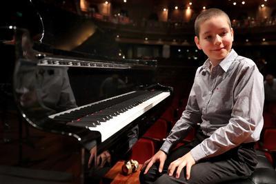 Sergio inició sus estudios a los siete años con la profesora Mariana Chabukiani y, entre otros reconocimientos, obtuvo el primer lugar en el Concurso Nacional de Jóvenes Pianistas Parnassós 2015.