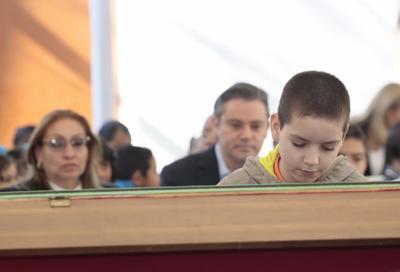 Durante la ceremonia de honores a la bandera en la escuela primaria Ignacio Zaragoza en la delegación Iztacalco de la Ciudad de México contó que desde pequeño le interesó la música y principalmente el piano.
