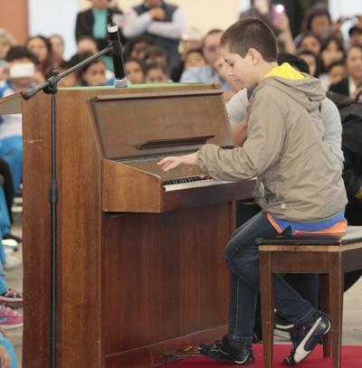 Sergio Vargas, de 11 años de edad y originario de Torreón, Coahuila, deleitó el lunes a alumnos, profesores y funcionarios públicos con Impromptu Fantasía de Federico Chopin, en los honores a la bandera.