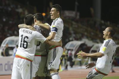 Los jugadores de la Selección Mexicana celebran el único tanto del partido.