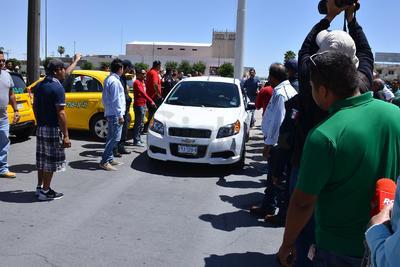 """La plaza fue """"tomada"""" por los taxistas, fue necesaria la intervención de elementos de la Dirección de Seguridad Pública, para abrirles paso."""