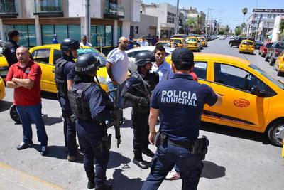 Conforme pasó el tiempo, los ánimos se calentaron, cada uno en sus posturas y el número de taxistas se incrementó y empezaron a rodear la Plaza Mayor.