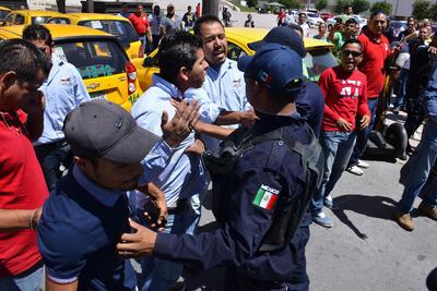 Los choferes de Uber fueron a denunciar públicamente que son víctimas de hostigamiento, mientras que los taxistas buscaron entrevistarse con el secretario del Ayuntamiento.