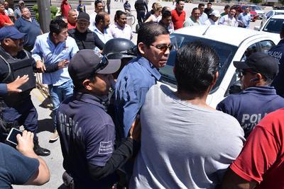 En el otro extremo, por la calle Galeana, los taxistas les reclaman que ruletean, que cobran en efectivo y que les roban el pasaje en el Distrito Colón, Paseo Morelos y los centros comerciales.