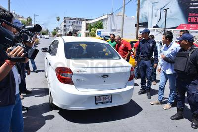 Los trabajadores de Uber, alrededor de 40, con vehículos de modelo reciente y limpios, se quejaban de que las autoridades municipales no los dejan trabajar y que los taxistas los provocan.