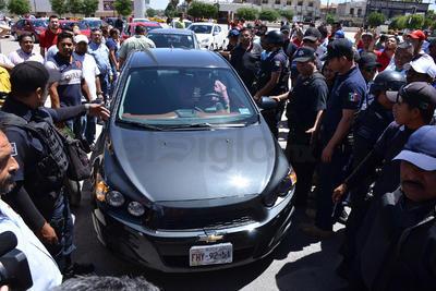 Taxistas acusaron que los choferes de Uber portan placas vencidas o de otro estado.