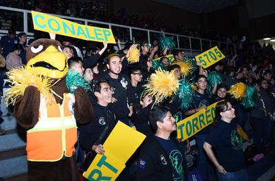Las porras alentaron a los equipos inscritos en la competencia y llenaron de color la sede.