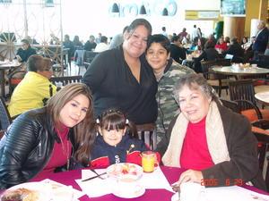 01042017 FELICES.  Teresa, Edna y María Eugenia con sus niños.