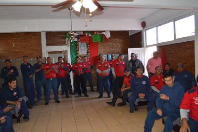 Los bomberos acordaron mantener labores bajo protesta.