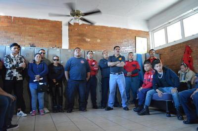Entre lágrimas y gritos se organizaron para exigir mejores condiciones en de trabajo, seguro de vida para los familiares de Gustavo Muñoz y para el resto de los elementos.