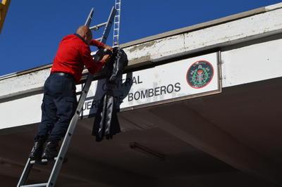 Los bomberos colocaron un moño negro en la entrada de la estación por la muerte de su compañero Gustavo Muñoz.