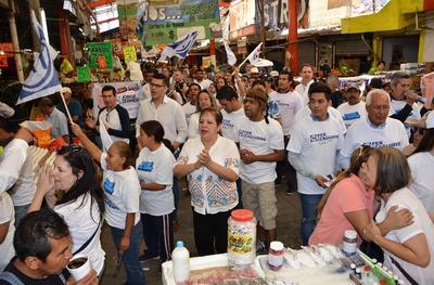 A su paso saludó a los comerciantes y ciudadanos que alrededor de las 10:30 de la mañana realizaban sus compras en el lugar.