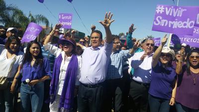 Con un contingente estimado en al menos cinco mil personas provenientes de los municipios de la región Laguna, el candidato a la gubernatura de Coahuila por la vía independiente, Javier Guerrero, arrancó su campaña en su natal San Pedro.