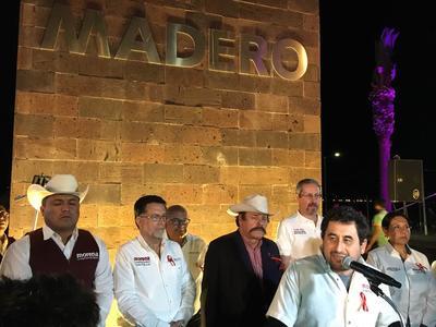 Guadiana arribó al Monumento Francisco I. Madero en la calzada del mismo nombre acompañando de familiares y simpatizantes.