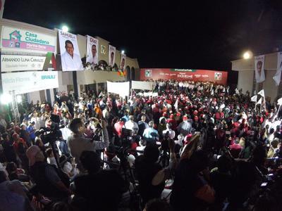 Miguel Ángel Riquelme arribó a la sede estatal del PRI en Saltillo acompañado de su familia y cientos de simpatizantes.