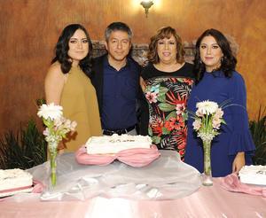 02042017 CELEBRAN 27 AñOS DE CASADOS.  Miguel Lara y Lorena García, acompañados de sus hijas, Daniela y Lorena Lara García, en su festejo. Lorena G. también celebró su cumple.