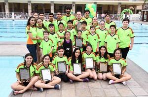 02042017 RECIBEN RECONOCIMIENTOS.  Delfines del Club San Isidro.