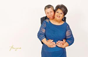 02042017 Sra. Minerva América Fernández Castillo en compañía de su esposo, Sr. Carlos Fernando Farías Chapa, celebrando su cumpleaños número 50.