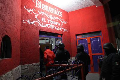 El convoy se dirigió primeramente a un establecimiento denominado Bar El Triunfo, a donde el personal castrense y agentes policíacos penetraron para revisar a los clientes para ver si traían drogas, armas o algún otro objeto de delito.