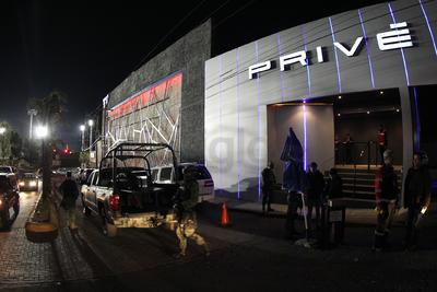 El operativo especial se trasladó al antro denominado Privé, donde la fiesta se detuvo por un momento para que los agentes e Inspectores hicieran su trabajo.